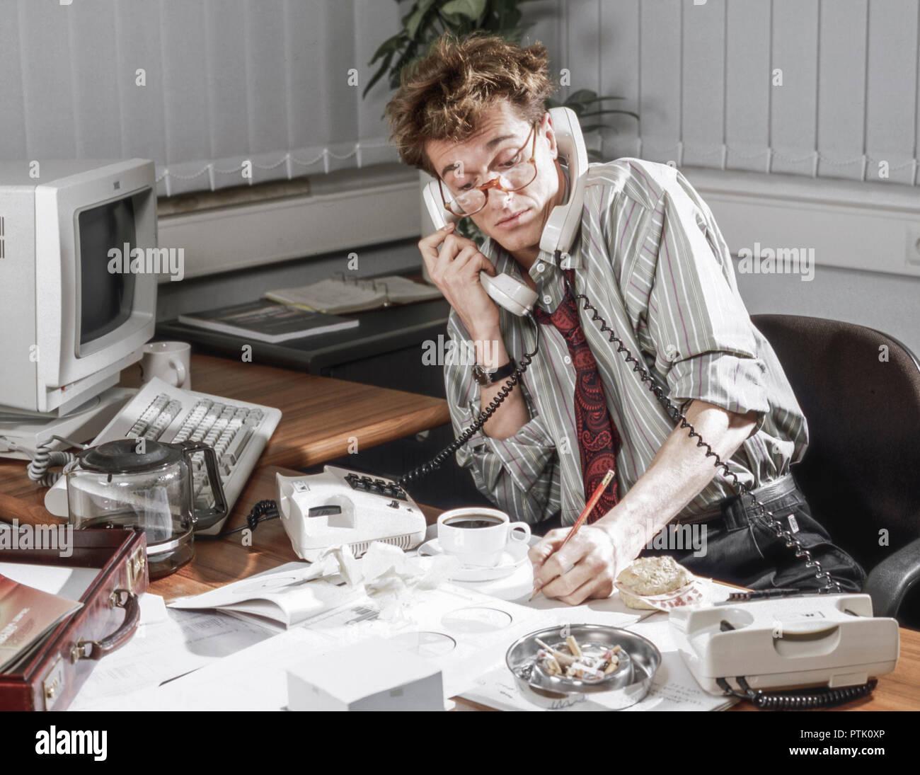 Buero Mann Stress Ueberarbeitet Chaos Telefon Rauchen Buro