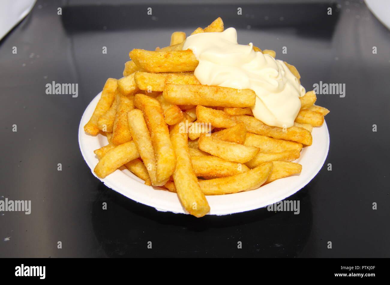 Teller mit großen Pommes Mayo Stockbild