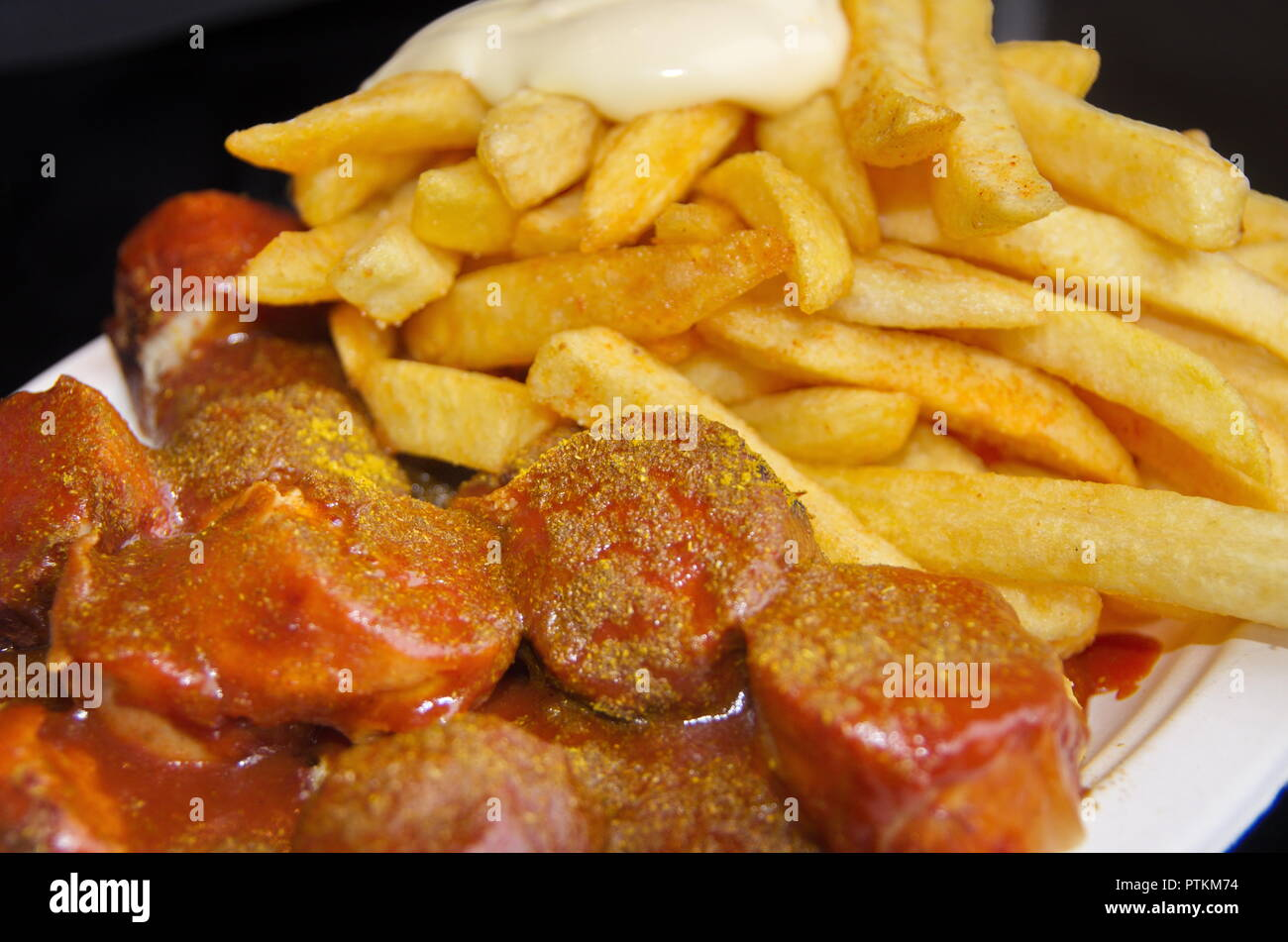Makro von Currywurst und Pommes und Mayo Stockbild