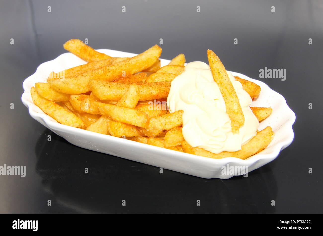 Schale mit Pommes Frites mit Mayo Stockbild