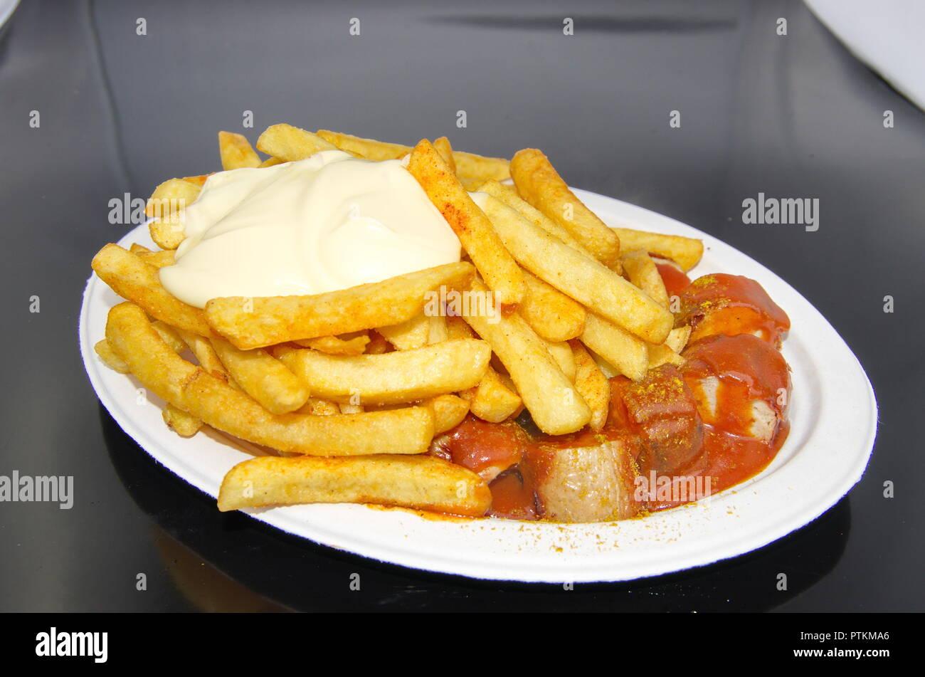 Currywurst mit Pommes Mayo Stockbild