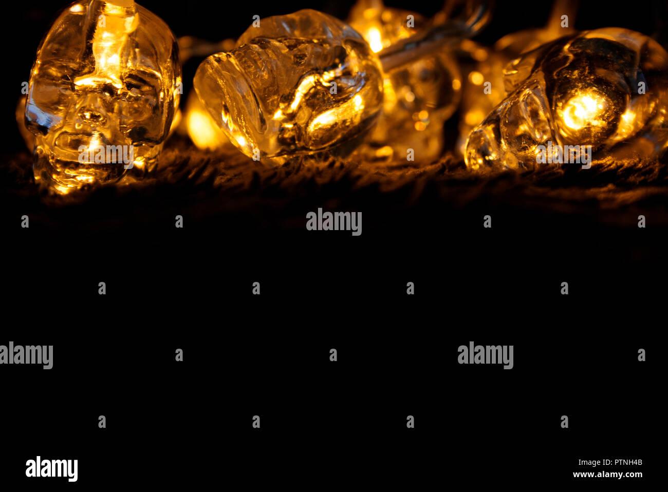 Glühende Totenköpfe auf schwarzem Hintergrund Stockfoto