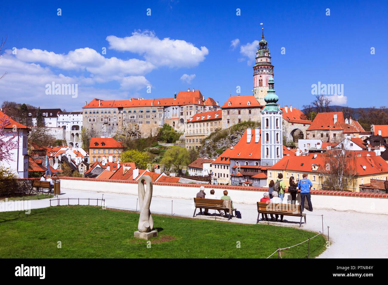 Cesky Krumlov, Südböhmen, Tschechische Republik: Leute schauen auf einen Panoramablick viw der Altstadt und Schloss Krumau. Stockbild