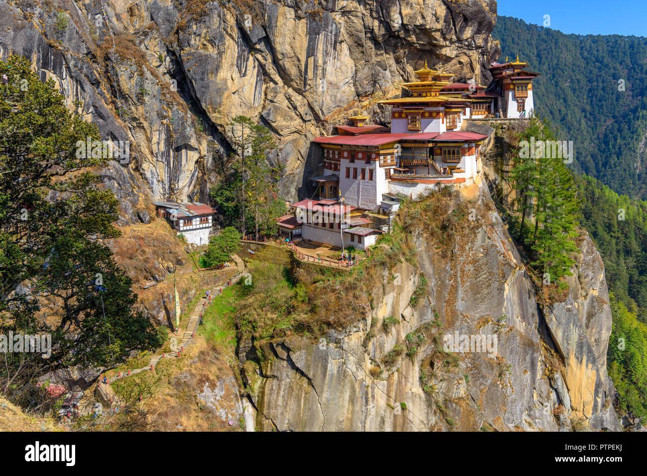 Der Tiger Nest Kloster Taktsang, Paro, hoch oben auf einer Klippe in Paro, Bhutan, schöne Landschaft und den Hintergrund von Bergen und Bäumen Stockfoto