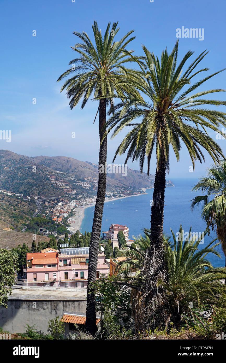 Herrliche Aussicht von Taormina zu den Strand von Mazzeo, Sizilien, Italien Stockbild