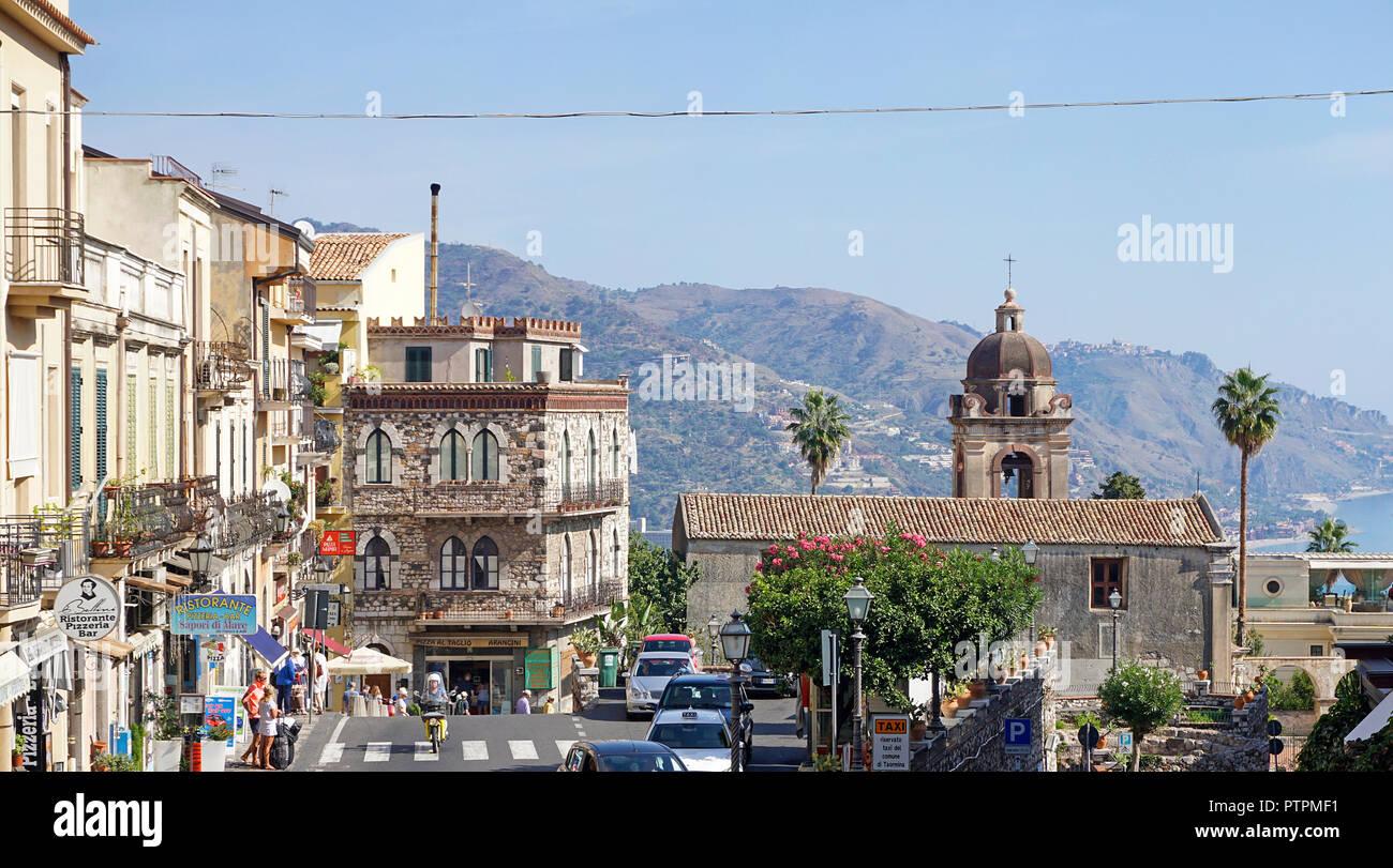 Blick von der Porta Messina in die Altstadt von Taormina, Sizilien, Italien Stockbild
