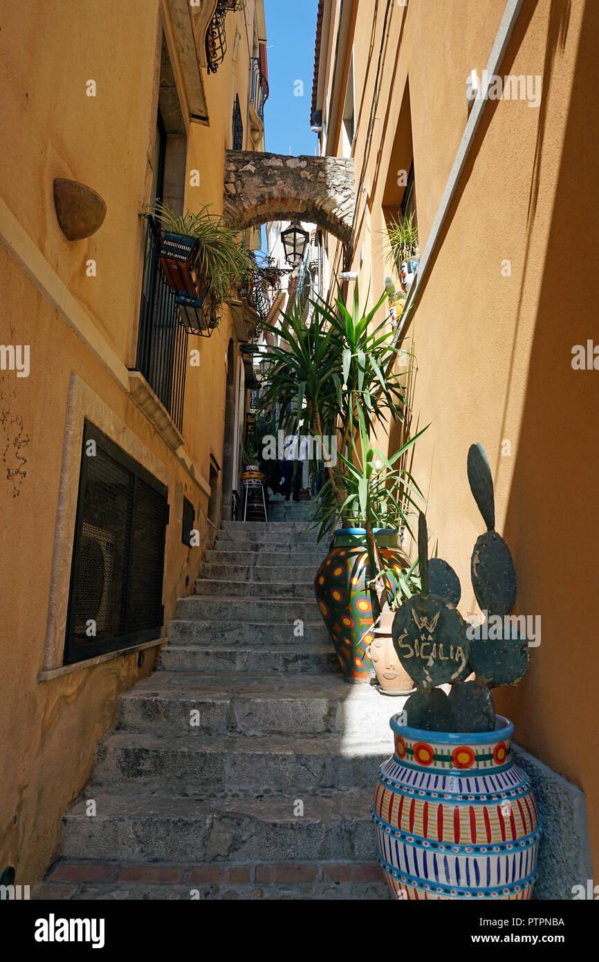 Treppe in eine enge Gasse, Altstadt von Taormina, Sizilien, Italien Stockbild