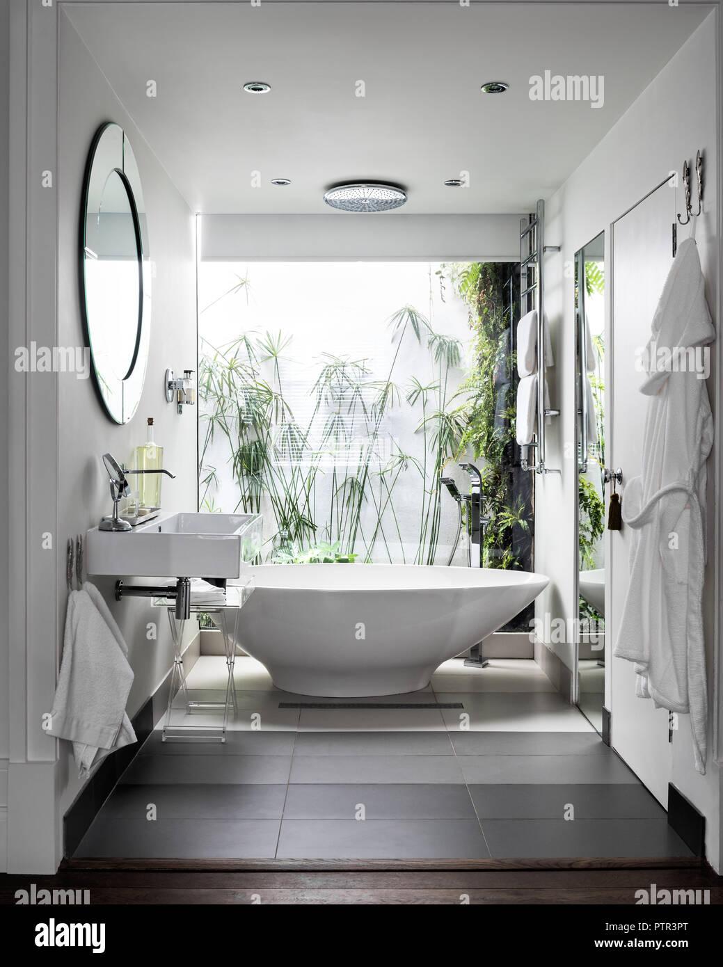 Essenz freistehende Badewanne aus Pura. im Fenster der en ...