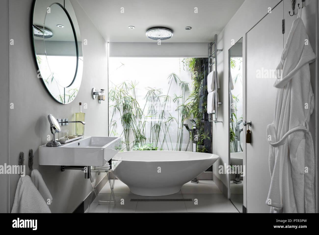 Essenz freistehende Badewanne aus Pura. im Fenster der en suite ...