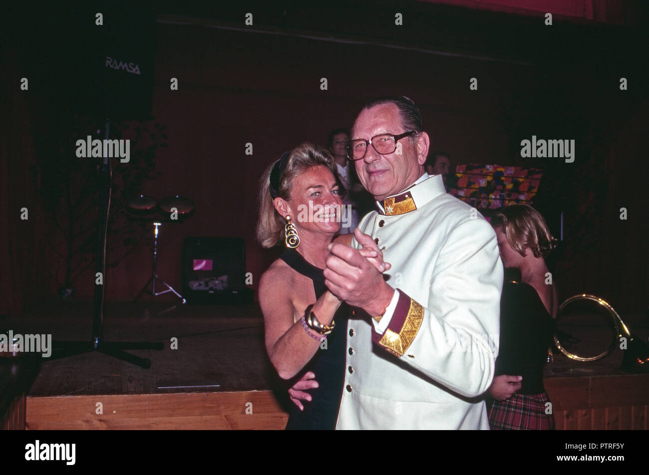 Dieter Baron Malsen Ponickau mit Baroness Sybille de Selys Longchamps in Schloss Osterberg, Deutschland 1998. Baron Dieter von Malsen Ponickau mit Baroness Sybille de Selys Longchamps am Osterberg schloss, Deutschland 1998. Stockfoto