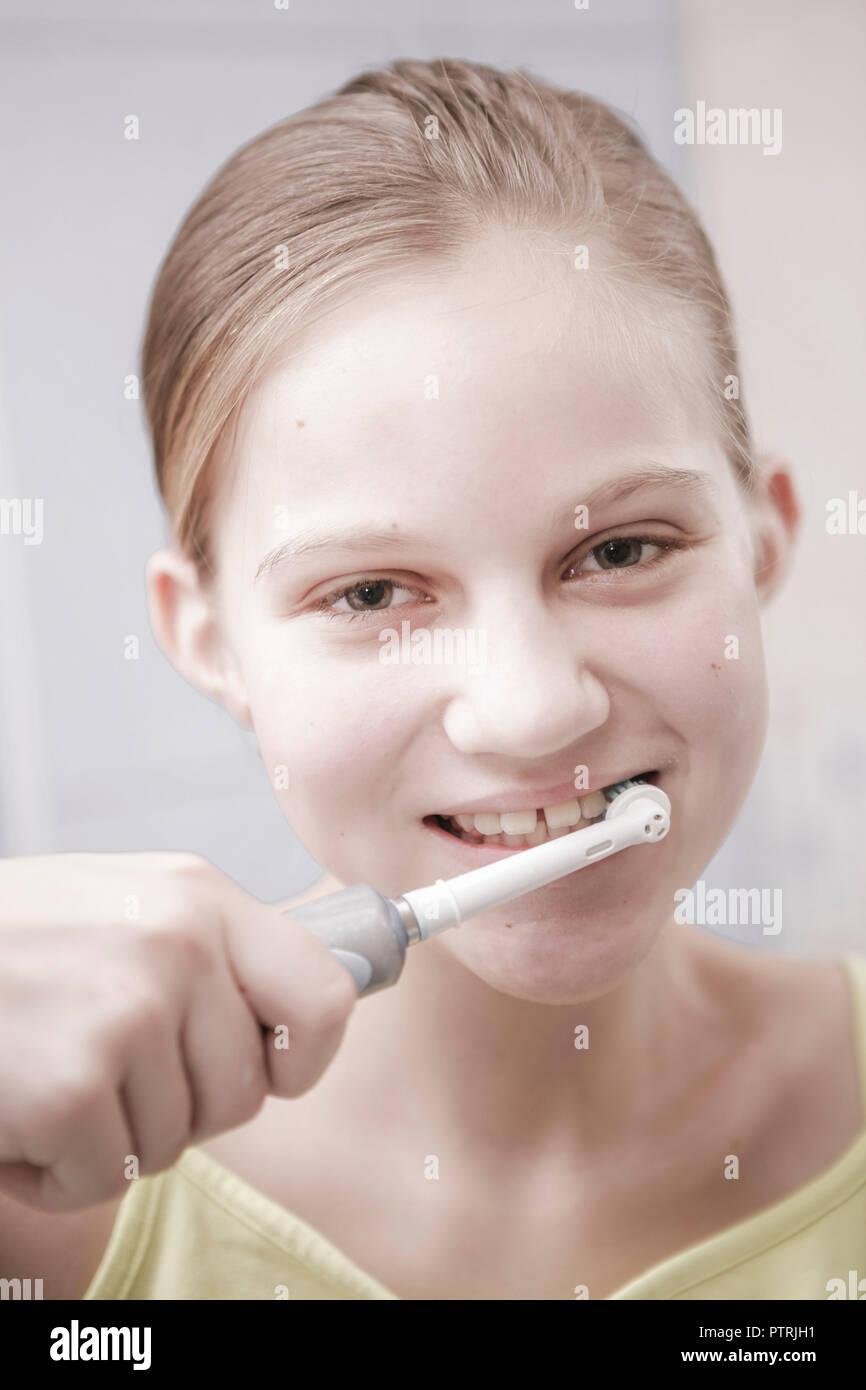 Maedchen, Jugendliche, Teenager, Zaehneputzen, Mimik, Badezimmer, Electric, elektrisch, Zahnbuerste, Zaehne, Putzen, Mundhygiene, Zahnpflege, Pfleg Stockbild