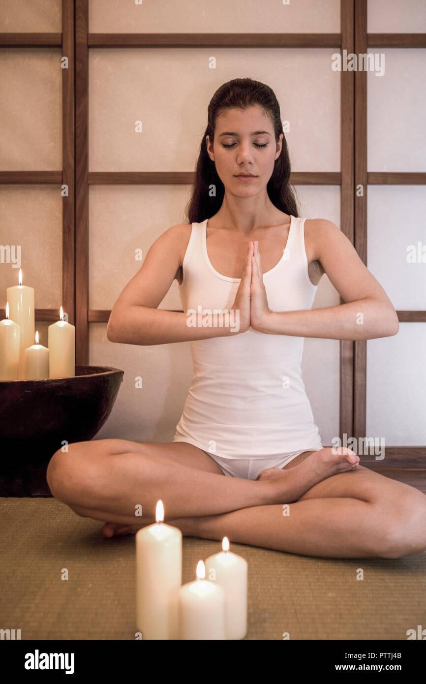 Frau jung Yogauebung Innen Yoga Meditation Meditieren Gesundheit Wellness Entspannung Erholung Entspannen Erholen ausgeglichen Ausgeglichenheit Ausgle Stockbild