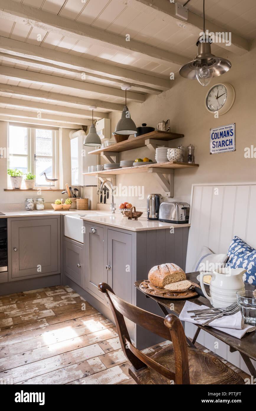 Küsten Küche Mit Grau Und Blau Farbpalette, Aufgearbeiteter Bodenbeläge Und  Antiken Pendelleuchte