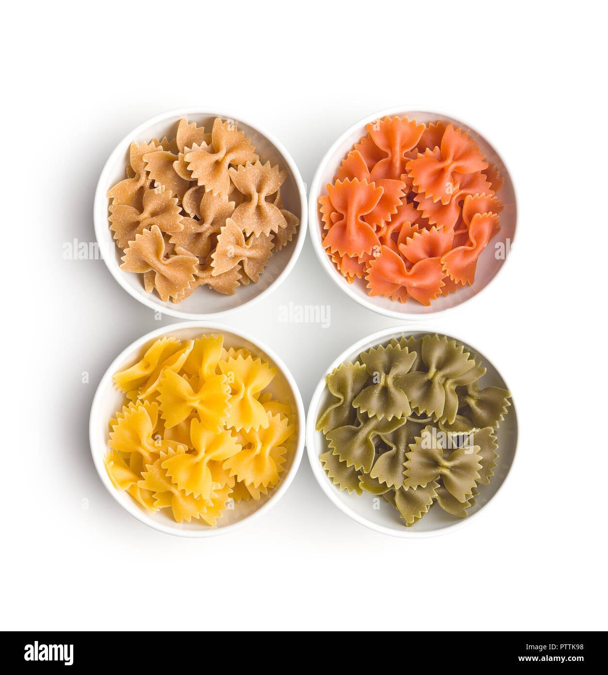 Farfalle Pasta. Bunte italienische Pasta in der Schüssel auf weißem Hintergrund. Stockfoto
