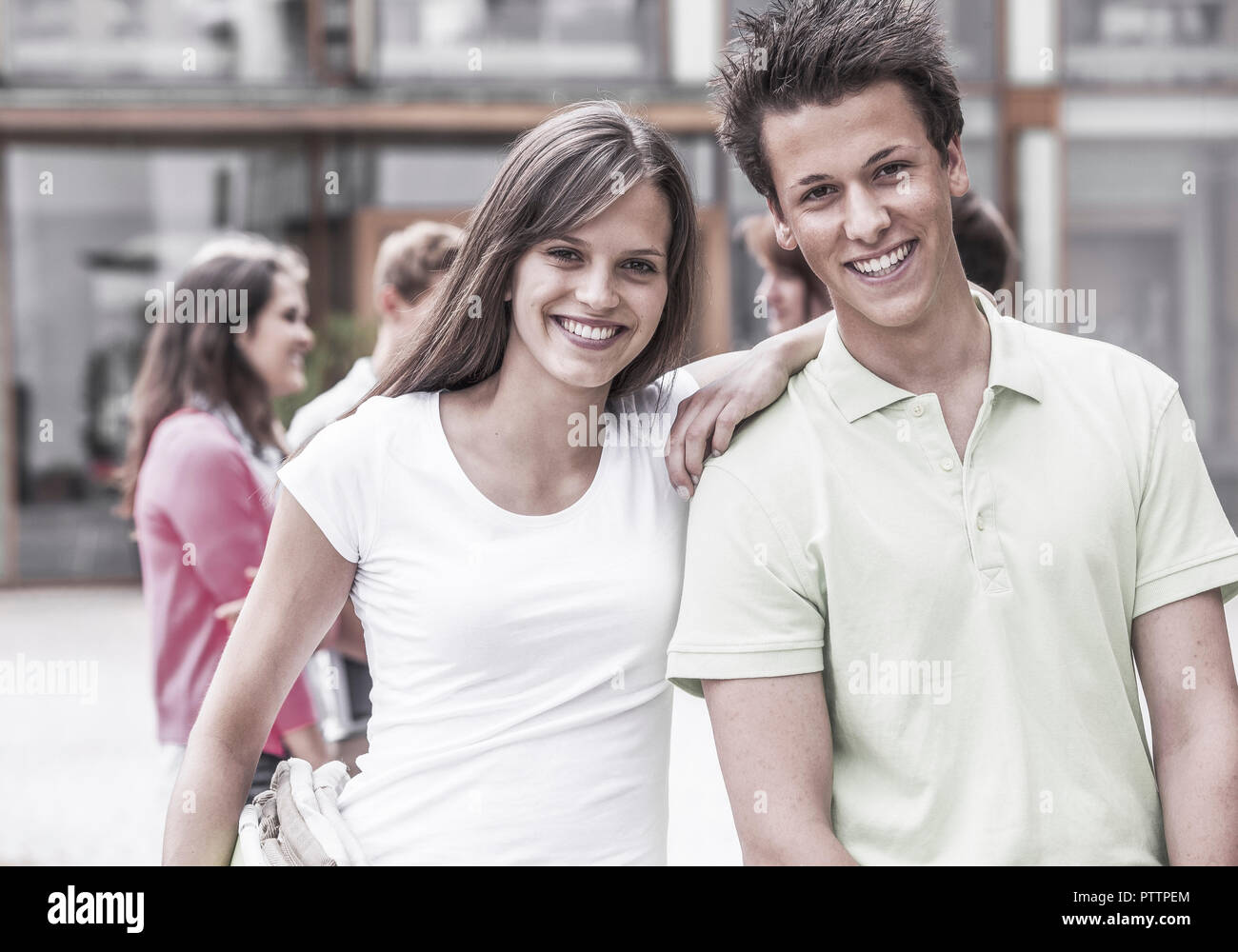 Junges Paar Laechelt in Kamera (Model-Release) Stockbild