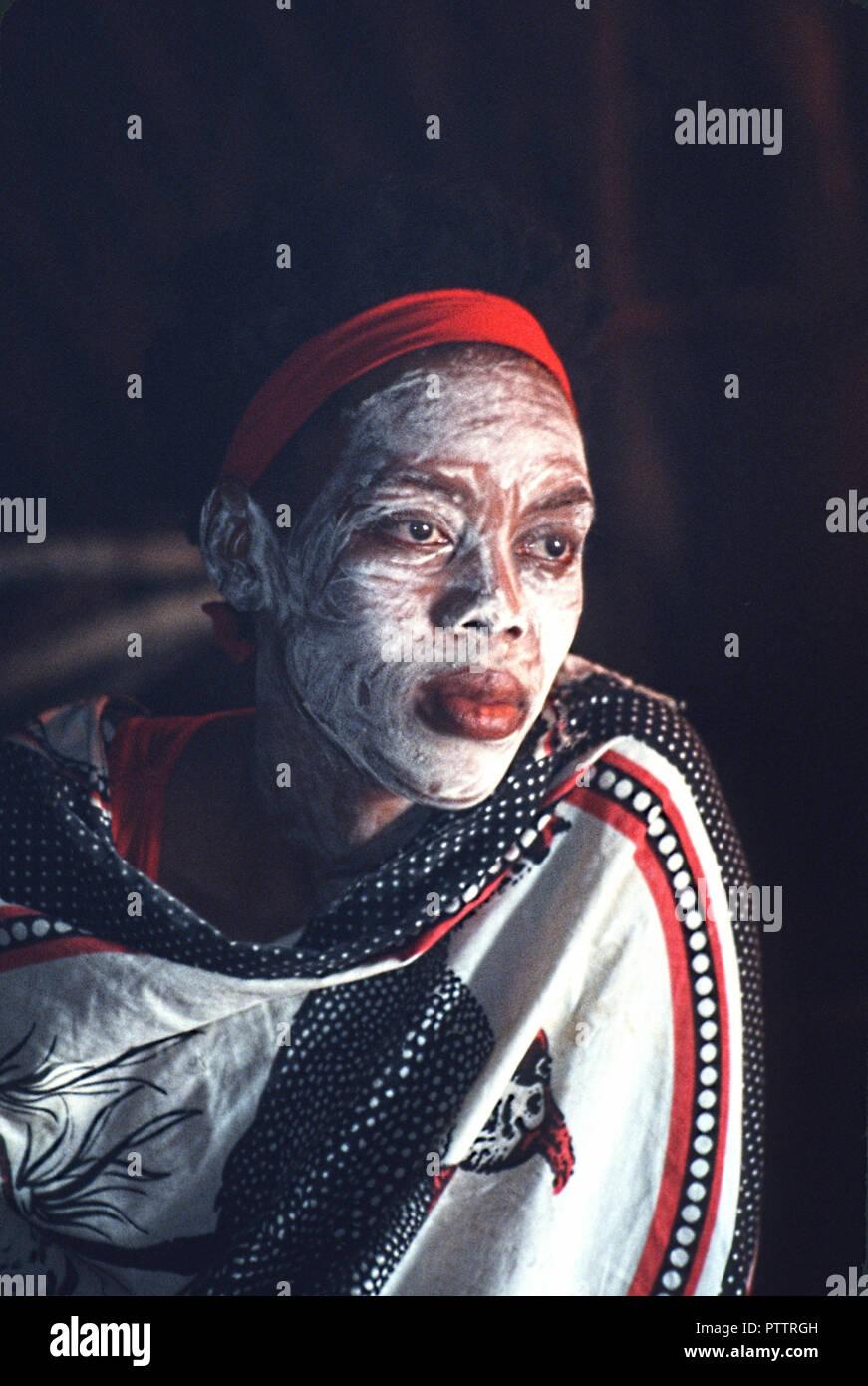 Zulu Frau Sangoma traditionelle Heiler und Wahrsager in Shakaland touristische Attraktion Stockbild