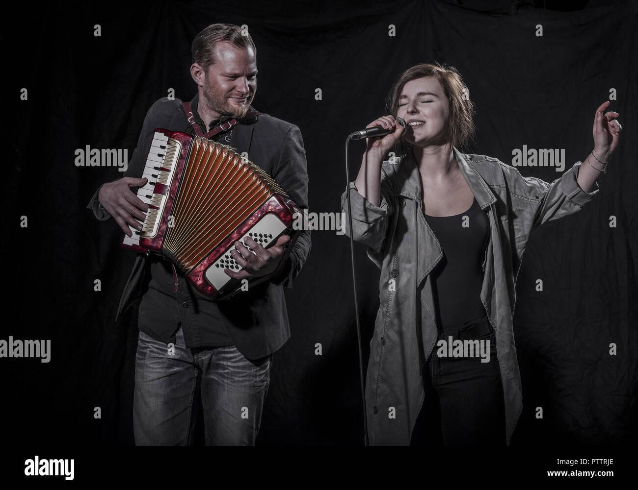 Musiker Mit Akkordeon, Saengerin Mit Mikrofon (Model-Release) Stockbild
