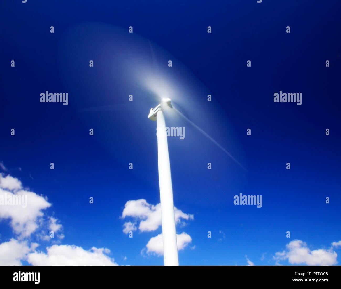 Die Metapher der Zukunft schnell nähert, die Rotorblätter einer Windkraftanlage schneller dreht als die Geschwindigkeit des Lichts Stockbild