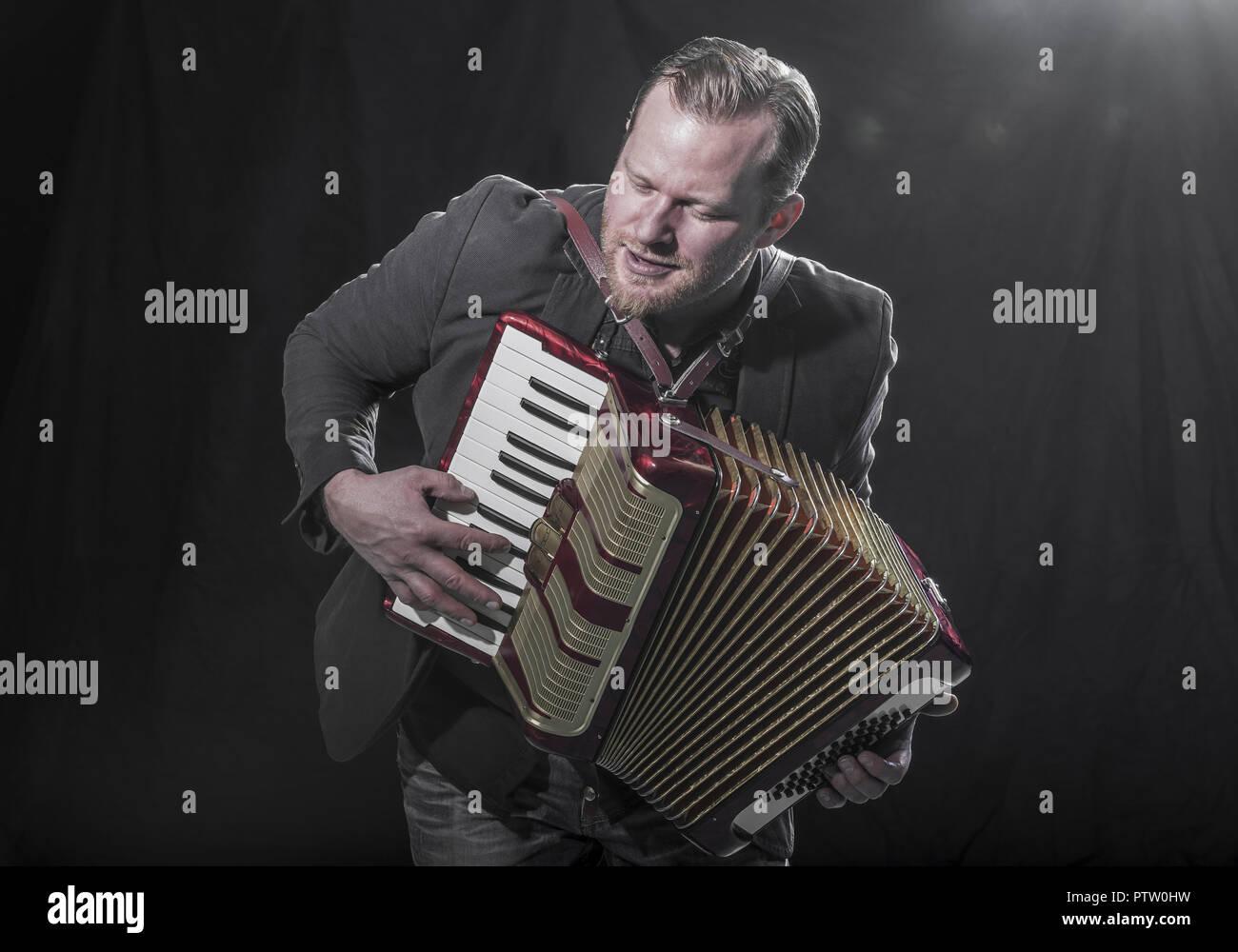 Musiker Spielt Auf Akkordeon (Model-Release) Stockbild