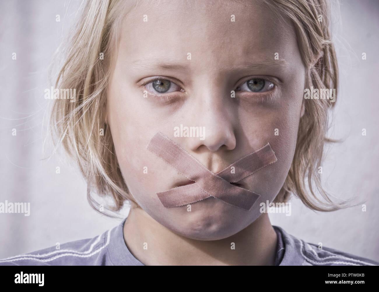 Munder Eines Kleinen Jungen ist Mit Heftpflaster Verklebt (Model-Release) Stockbild