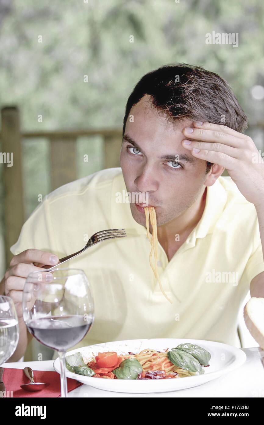 Restaurant, Mann, Spaghetti, essen, aussen, Lokal, Terrasse, jung, Sprachen, Hunger, Speise, Gericht, Nudelgericht, Nudeln, italienisch, Freizeit, Leben Stockbild