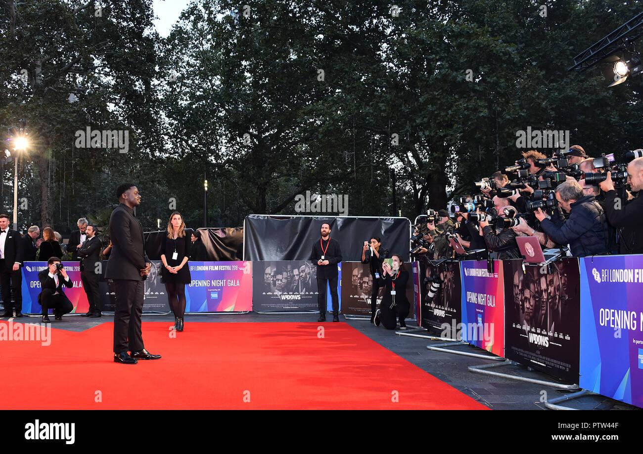 Daniel Kaluuya anreisen, für die 62 BFI London Film Festival Opening Night Gala Screening von Witwen im Odeon Leicester Square, London statt. Stockfoto