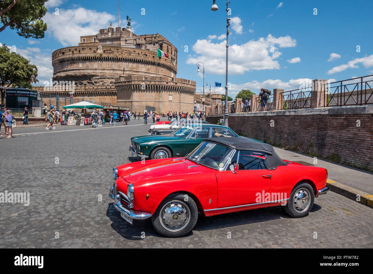 1960 Alfa-Romeo Spider Guiletta vor dem Hintergrund des Castel Sant'Angelo in Rom, Italien Stockbild