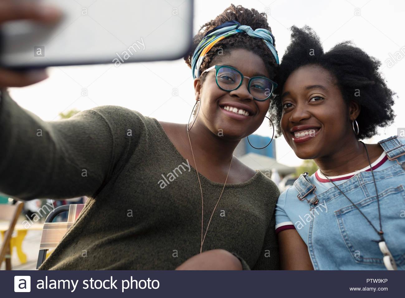 Portrait lächelnde Schwestern unter selfie mit Kamera Handy Stockbild