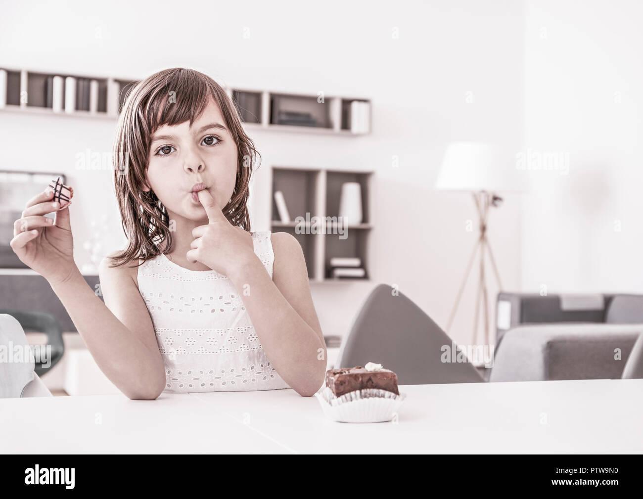 Näher Beim Pralinen Essen, Finger Im Mund (Model-Release) Stockbild
