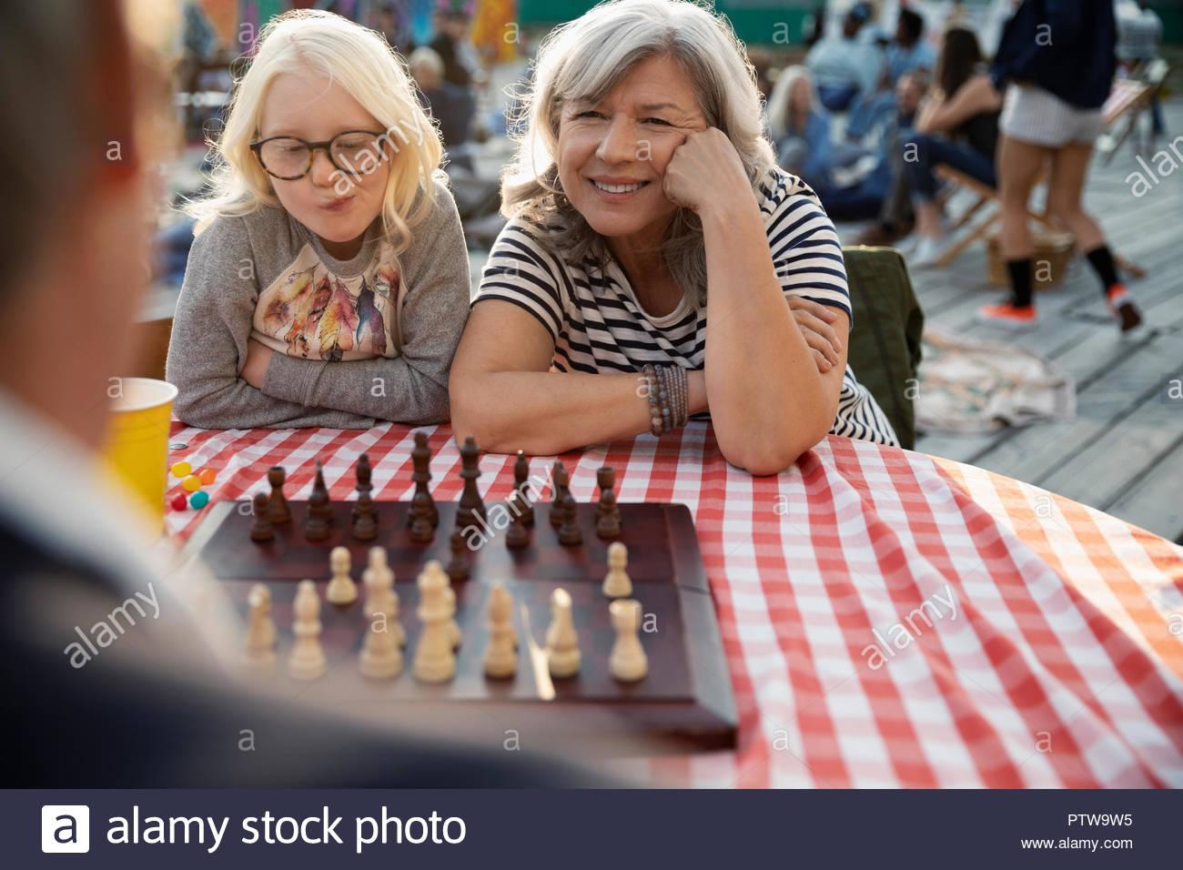 Großmutter und Enkelin Schach spielen im Park Stockbild