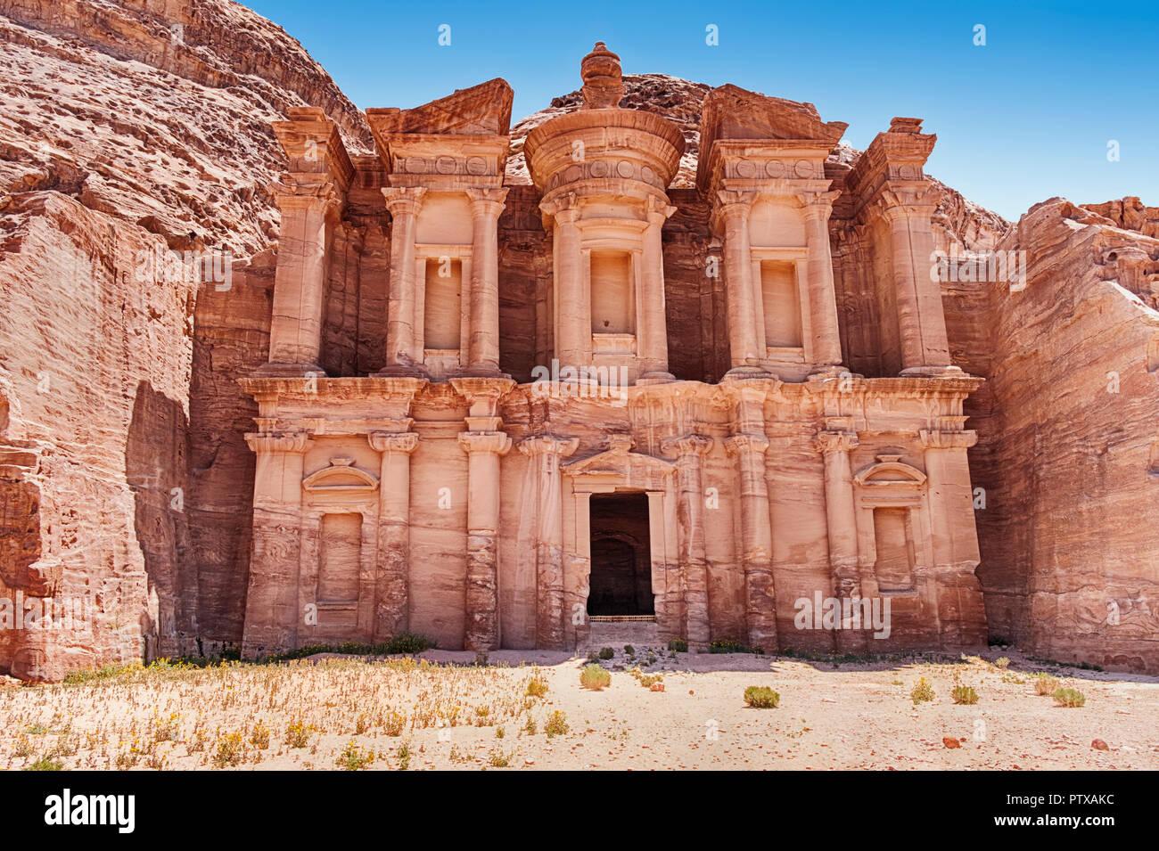 Das Kloster von Petra ist die größte der prächtigen geschnitzten Gräber aus dem Alten necroplis, die noch existiert. Stockbild