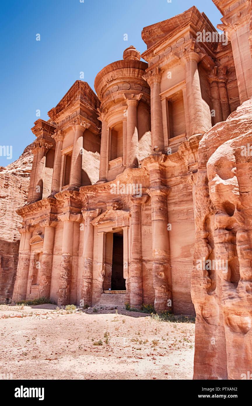 Ein Blick auf das Kloster (Ad-Deir) von Petra, wie von der Seite gesehen. Stockbild