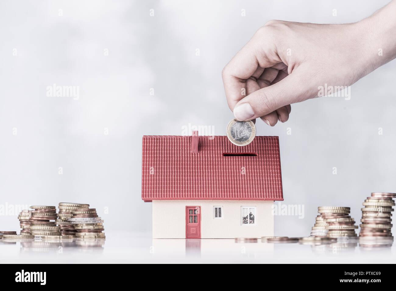 Spardose Eigenheim Mit Hintergrund (Model-Release) Stockbild