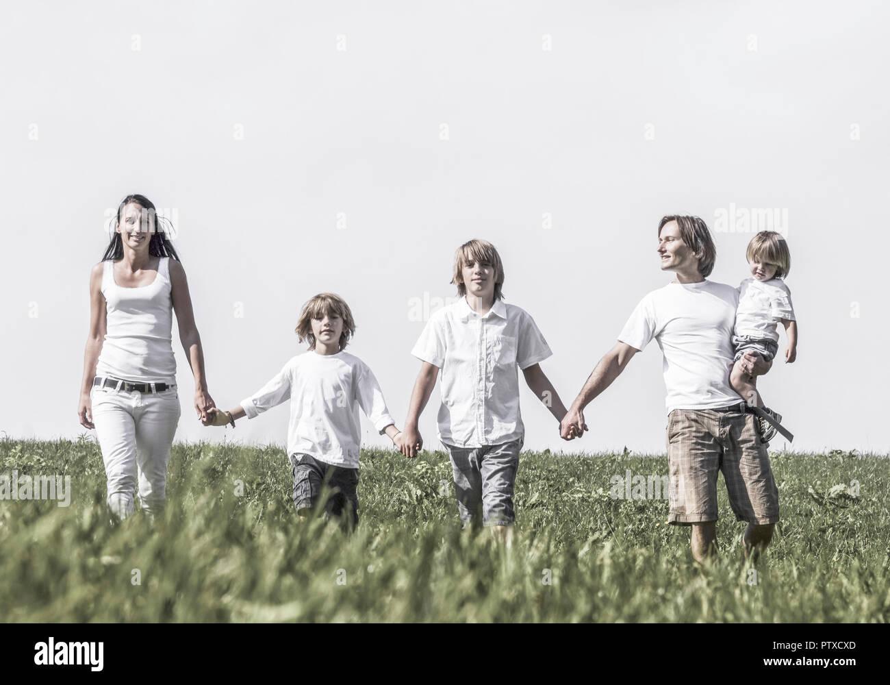 Familie Laeuft Auf Kamera Zu (Model-Release) Stockbild