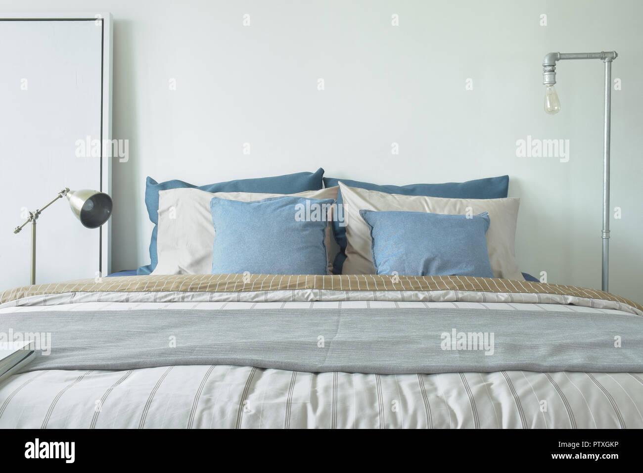 Minimal Style Schlafzimmer Einrichtung In Blau Und Grau Farbschema Stockfotografie Alamy