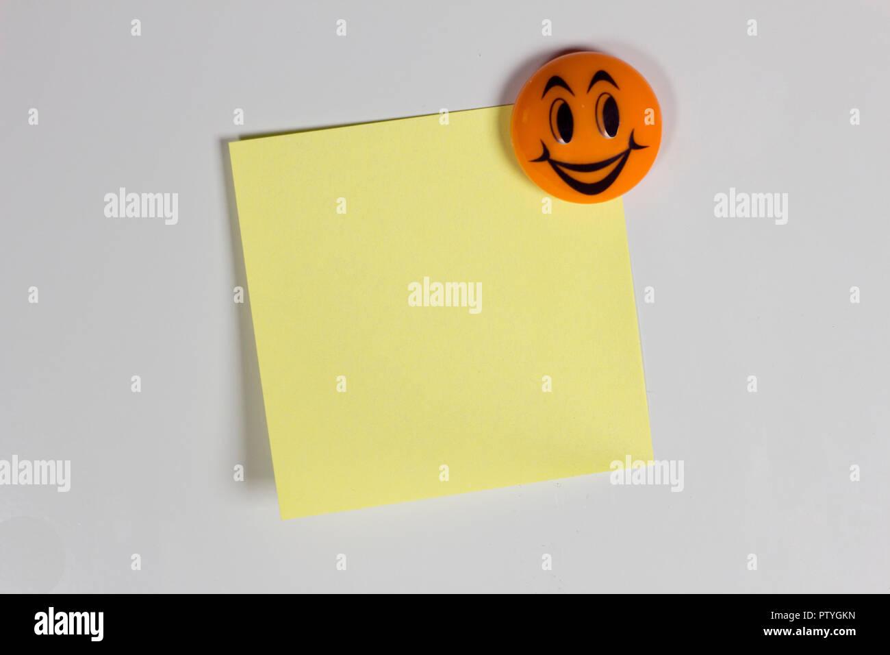 Kühlschrank Aufkleber : Gelb leer aufkleber auf dem kühlschrank mit einem fröhlichen
