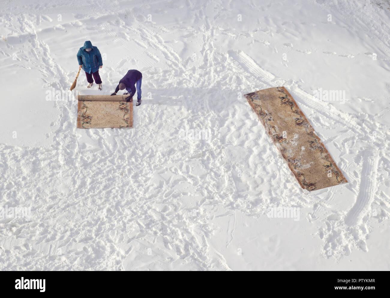 Teppichreinigung Im Schnee Stockfoto Bild 221884343 Alamy