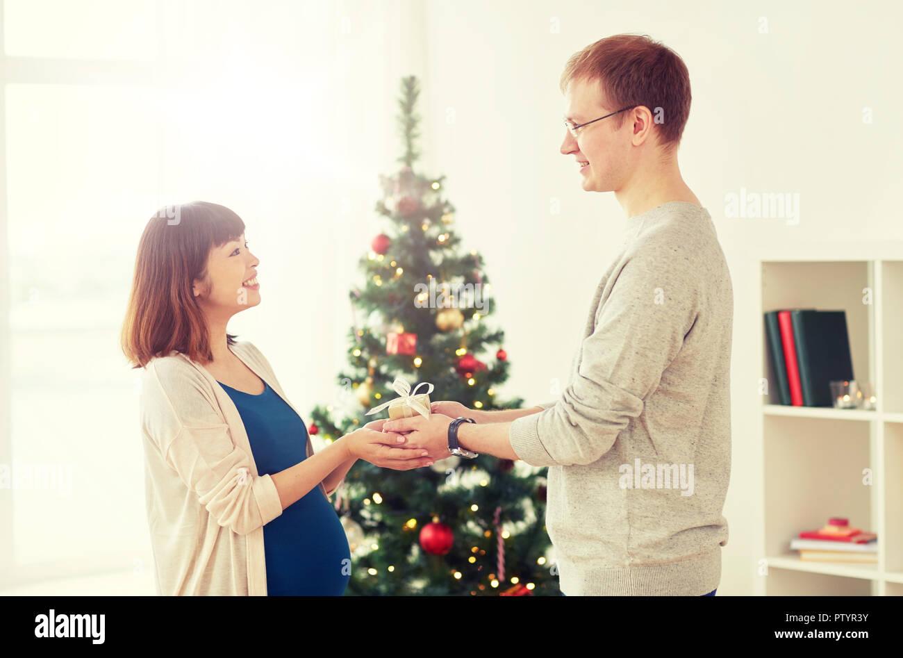 Mann, Weihnachtsgeschenk für schwangere Frau Stockfoto, Bild ...