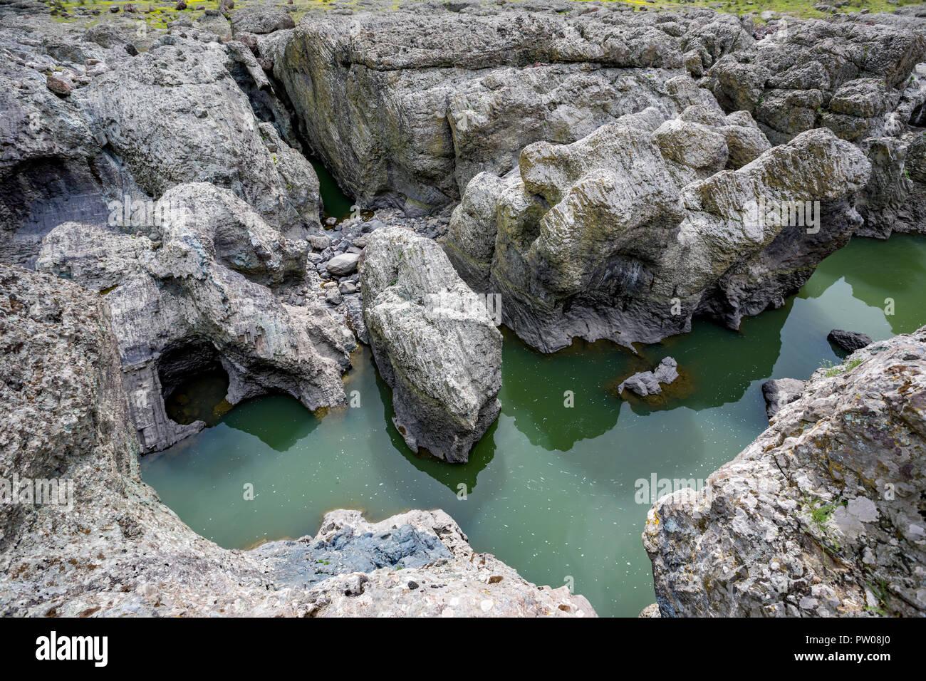 Tagsüber Frühling Blick auf Canyon natürliches Phänomen der erstaunliche Teufel in Bulgarien, auch Sheytan Dere in der Nähe von Studen Kladenetz Vorratsbehälter in den Rhodopen Gebirge bekannt. Wunderbare grüne Wasser Stockbild
