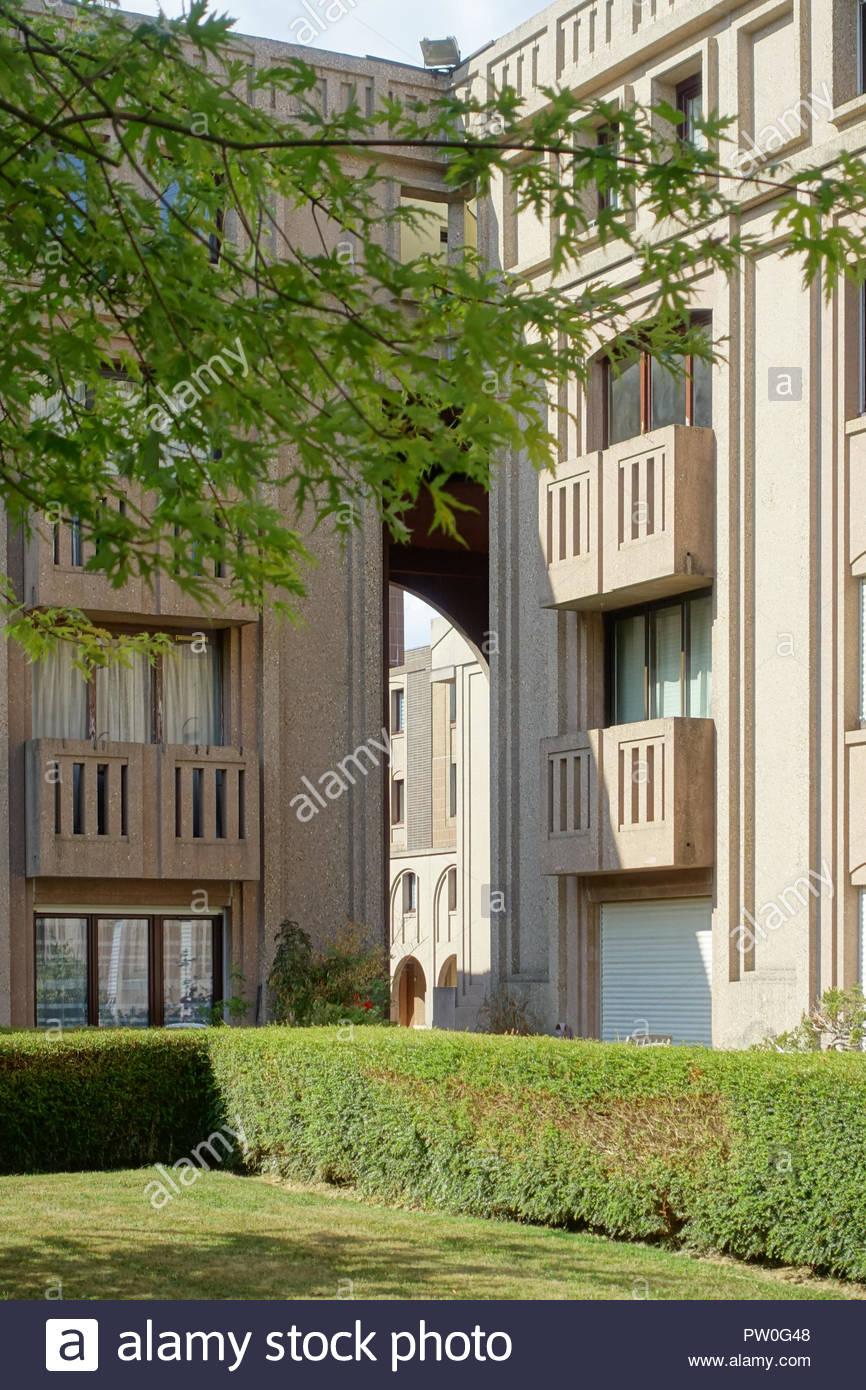 Saint-Quentin-en-Yvelines, Ricardo Bofill, Les Arcades du Lac und Le Viaduc um Bassin de La Sourderie (1981 erbaut, die Arkaden Hotel du Lac ist ein ens Stockbild