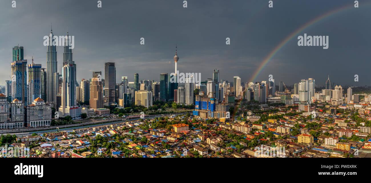Panoramablick auf die Skyline der Stadt mit Regenbogen, Kuala Lumpur, Malaysia Stockbild