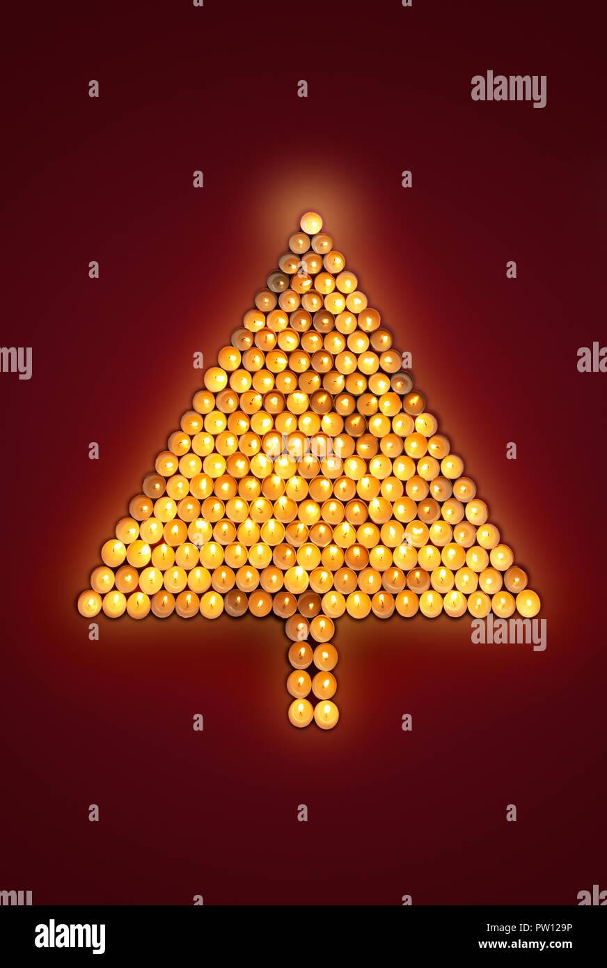 Konzept einen Weihnachtsbaum aus flackernden Kerzen, Urlaub, Feier Stockbild