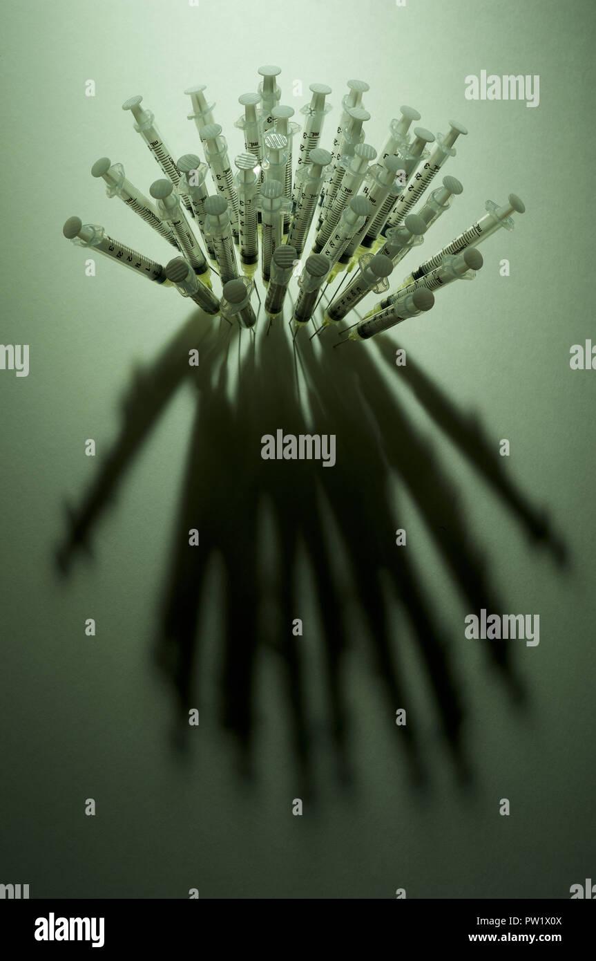 Konzept einer Gruppe von Spritzen, Nadeln nahe zusammen Piercing eine Oberfläche, Opioide, Krise, Amerikanische sucht, Drogenmissbrauch, Opioide Epidemie Stockbild