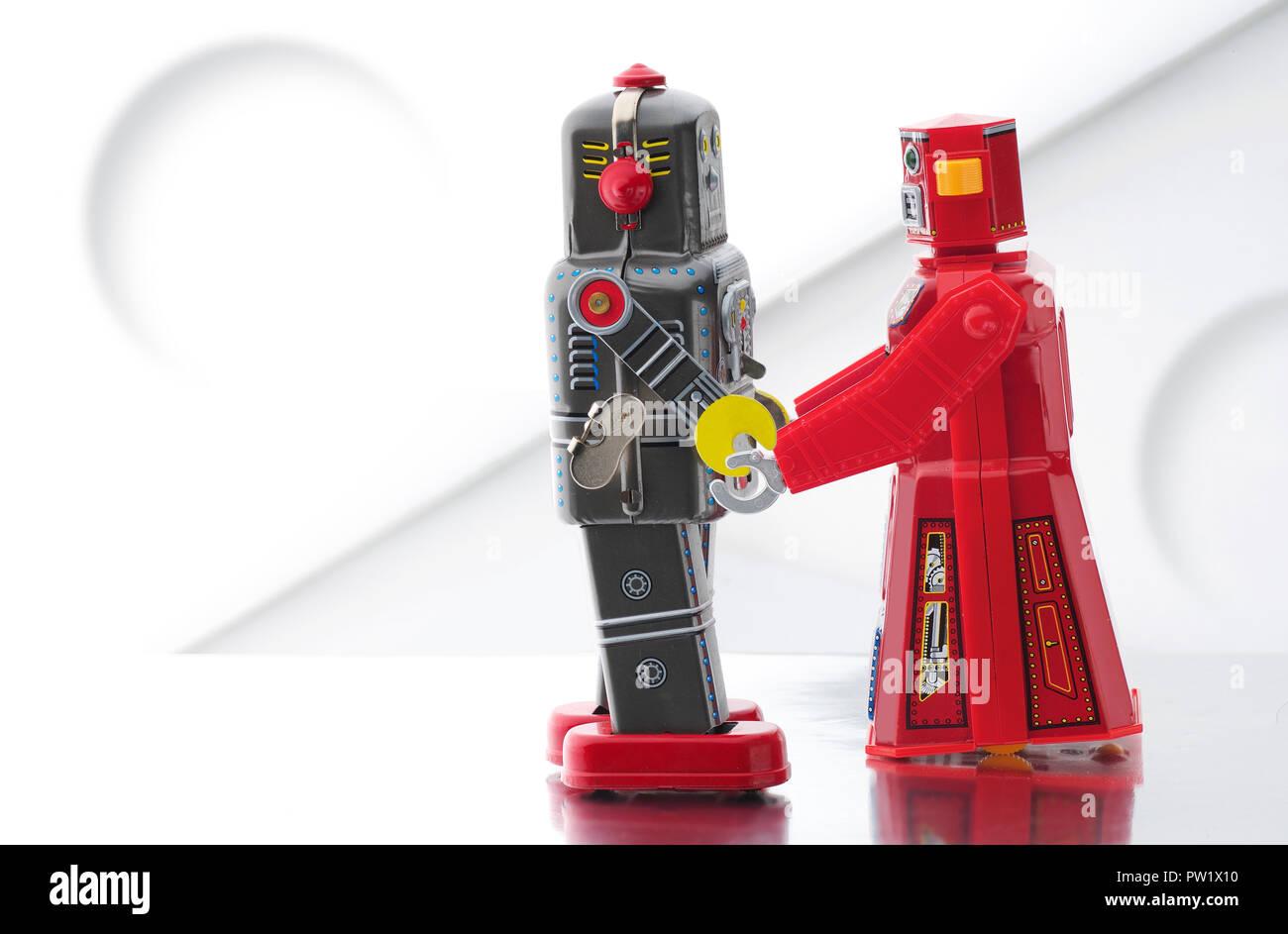 Konzept Jahrgang Blechspielzeug Roboter halten sich an den Händen, Liebe, Zärtlichkeit, Vintage Roboter Roboter Stockbild