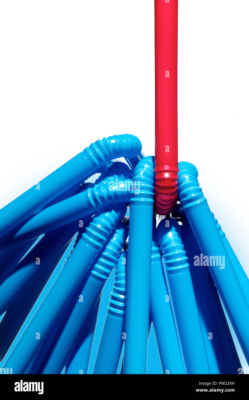 Konzept einer Gruppe von Blue Strohhalme und eine einzelne rote Stroh, unterschiedlich gewesen, Weiterdenken Stockbild