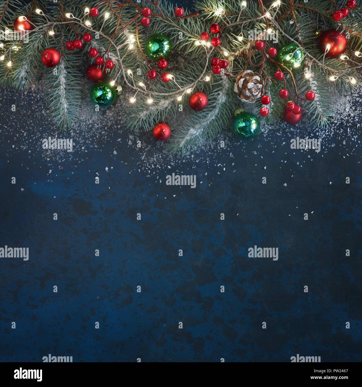Weihnachtsbeleuchtung Kegel.Weihnachten Hintergrund Mit Tannen Zweigen Rote Beeren Kegel Und
