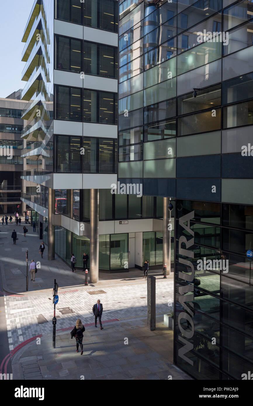 Eine Antenne Stadtbild von Londonern und Verkehr auf Upper Thames Street (Upstream von London Bridge) in der Londoner City - der Capital District, am 10. Oktober 2018, in London, England. Stockfoto