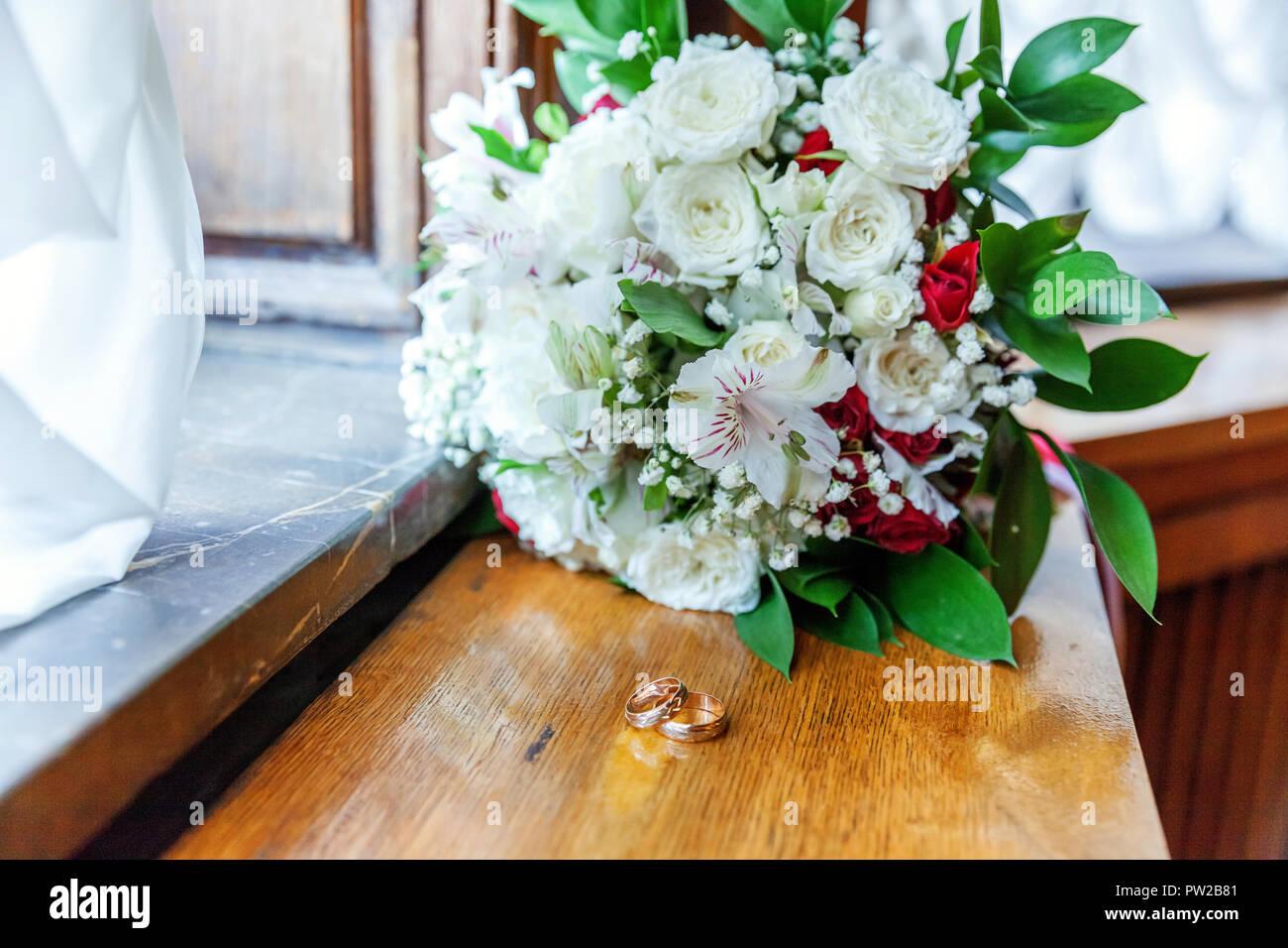 Schone Hochzeit Ringe Liegen Auf Holz Oberflache Vor Hintergrund