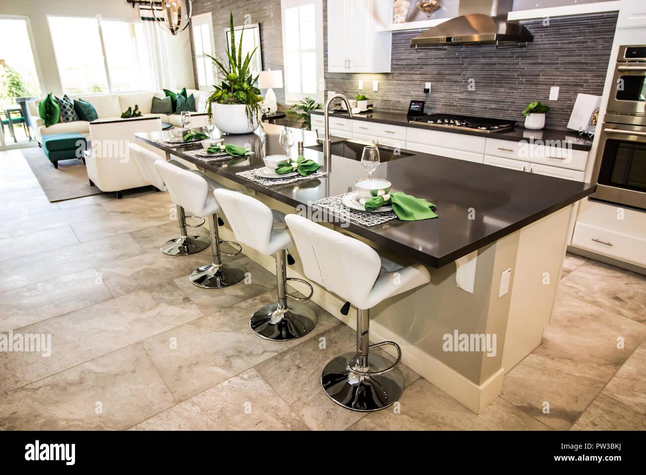 Moderne Küche mit Insel Counter Bar und Hocker Stockfoto, Bild ...