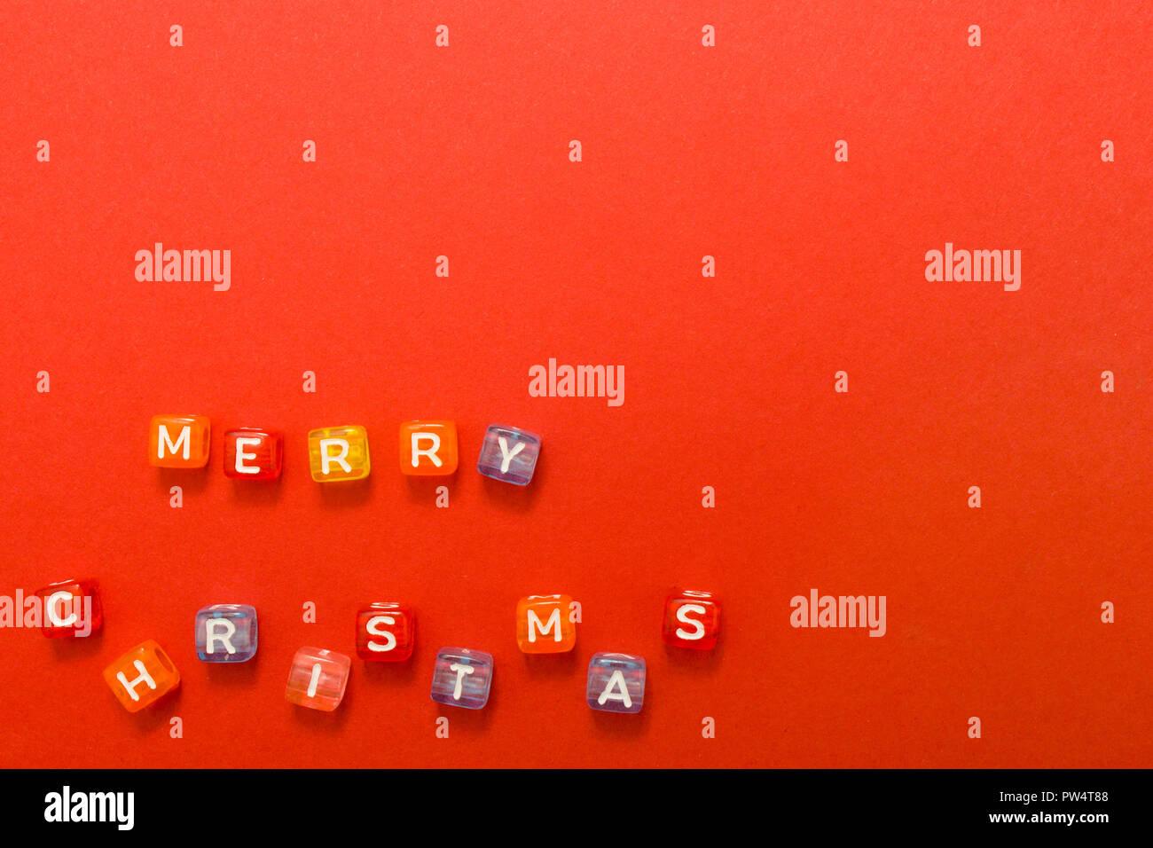 Wörter frohe Weihnachten aus bunten Blöcke auf roten Hintergrund ...